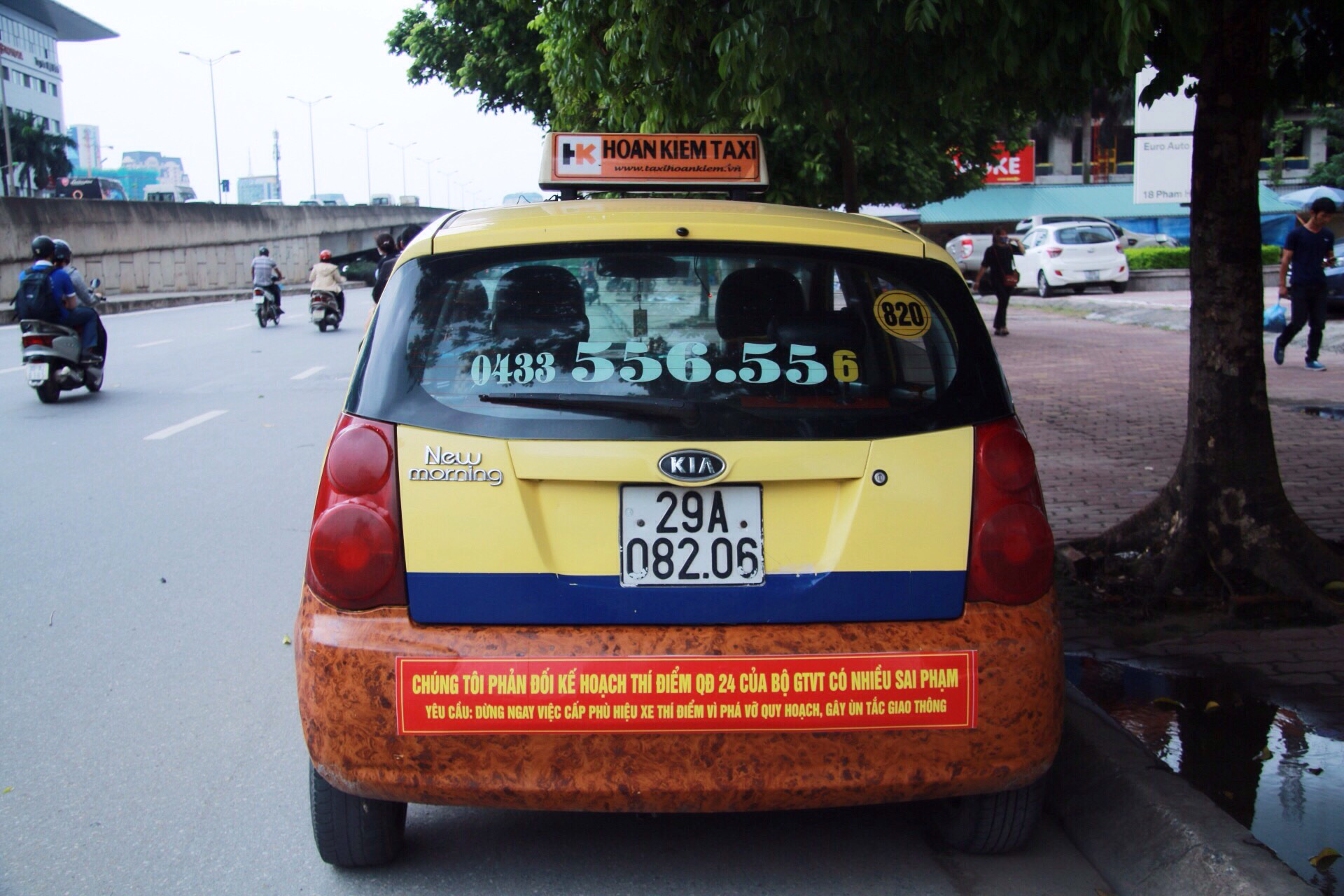 ​Hanoi taxis protest Grab, Uber with bumper stickers