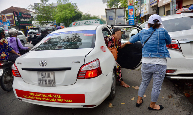 Vietnam's conventional taxi services must be freed from strict controls: experts