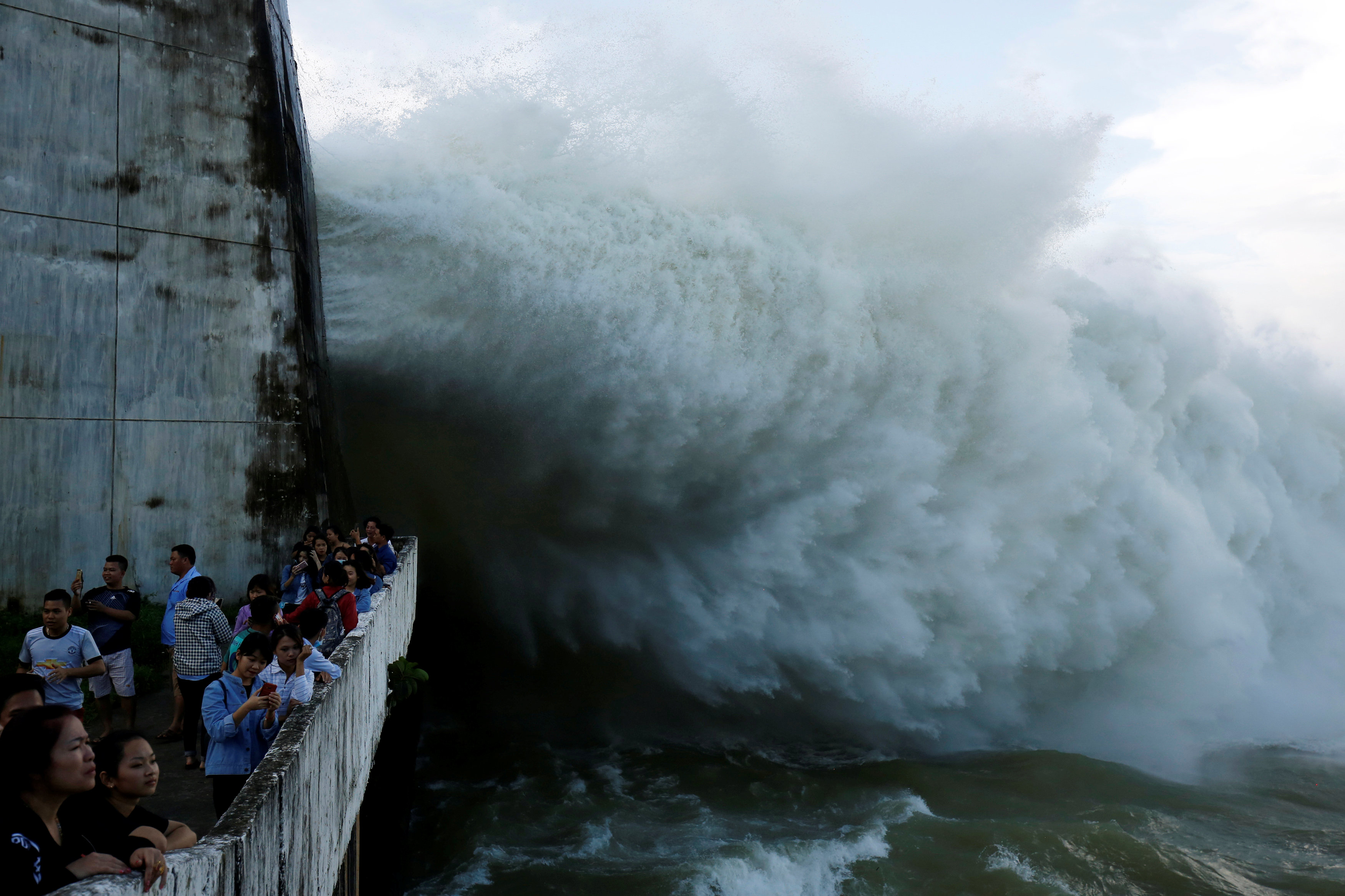 People watch as Hoa Binh hydroelectric power plant opens the flood gates after a heavy rainfall caused by a tropical depression in Hoa Binh province, outside Hanoi, Vietnam October 12, 2017. Photo: Reuters