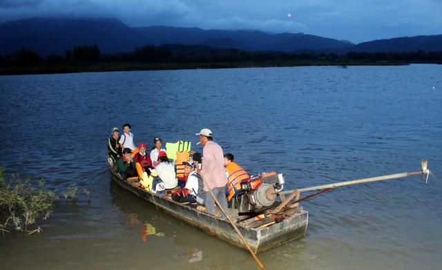 Disturbing fact: Vietnam high school students still journey to school on makeshift boat