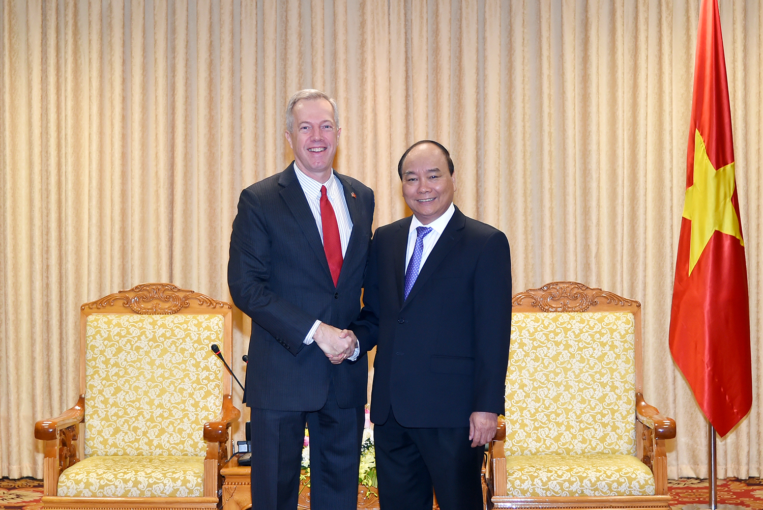 US ambassador ends tenure, but will continue living in Vietnam