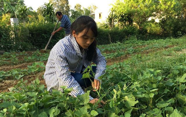 Vietnam schoolgirl overcomes turbulent life to succeed at school