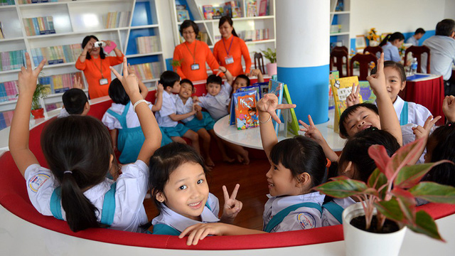 Students cheer in a colorful reading space. Photo: Tuoi Tre