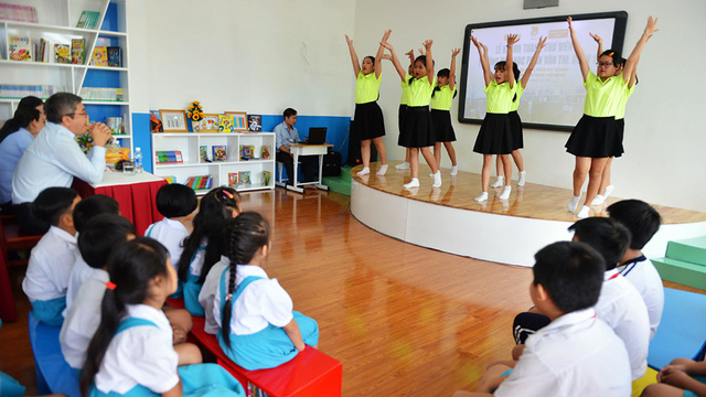 A small stage which can be used for performances or to teach extracurricular activities. Photo: Tuoi Tre