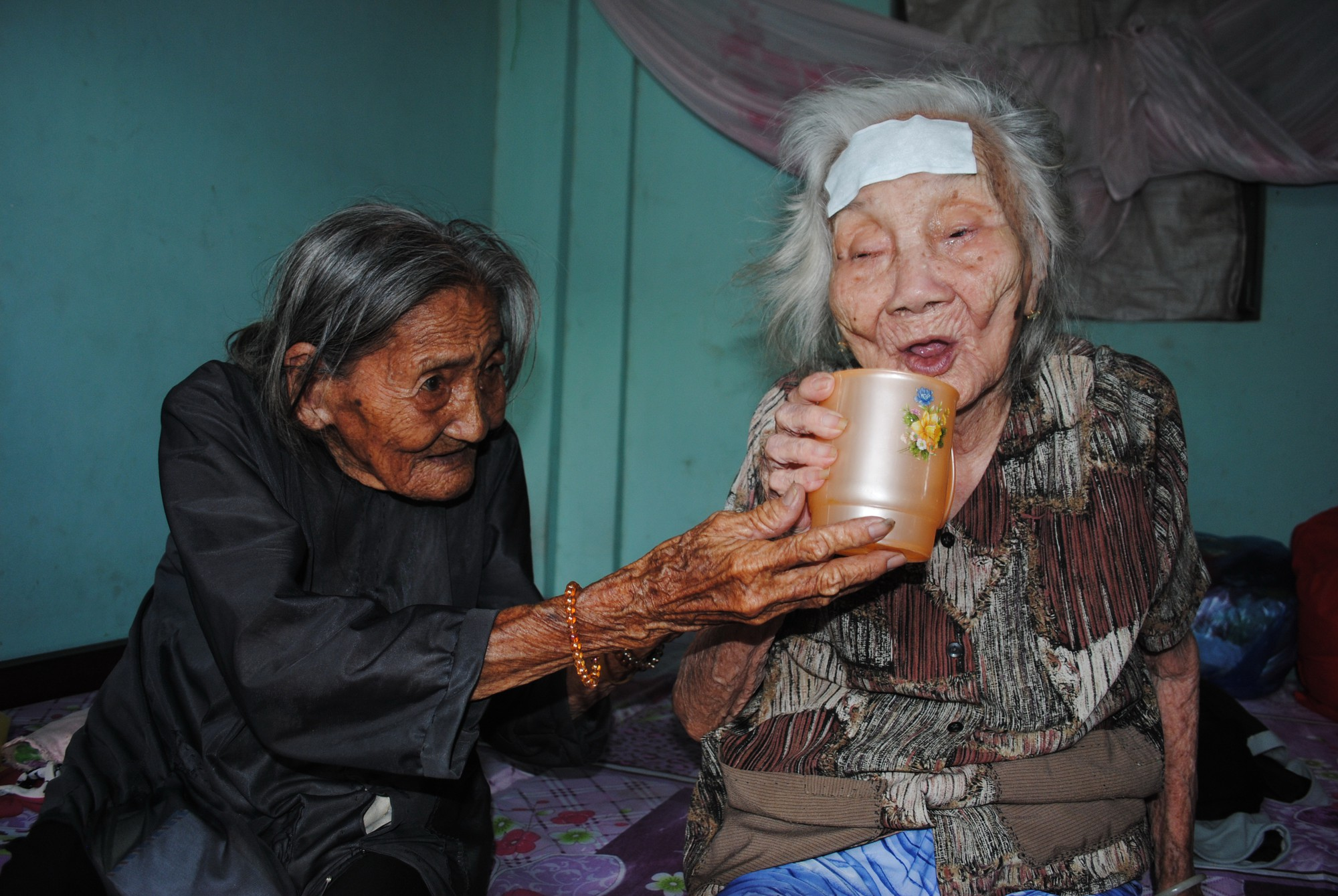 Nonagenarian woman sells lottery tickets to support elder sister in Vietnam
