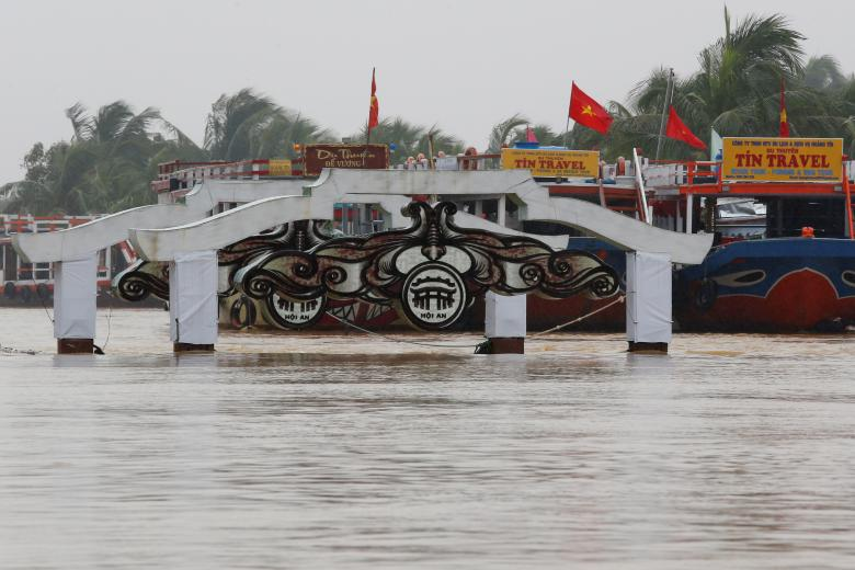 A bridge is seen on the overflowing Thu Bon river in the UNESCO heritage ancient town of Hoi An after Typhoon Damrey hits Vietnam. Photo: Reuters
