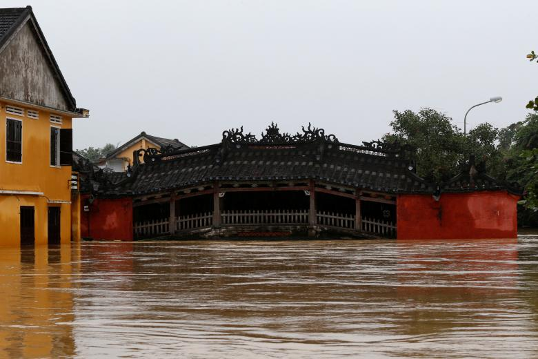 Japanese Bridge is seen along a flooded street in the UNESCO heritage ancient town of Hoi An after Typhoon Damrey hits Vietnam. Photo: Reuters