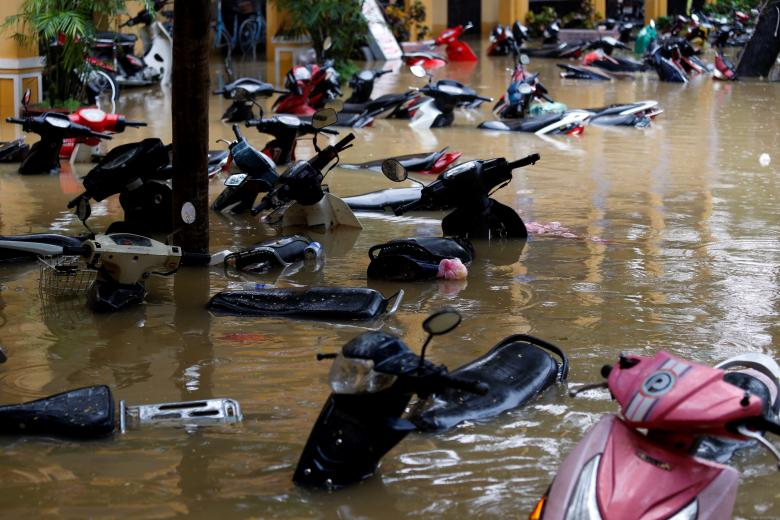 Motorbikes are seen along a flooded street in the UNESCO heritage ancient town of Hoi An after Typhoon Damrey hits Vietnam. Photo: Reuters