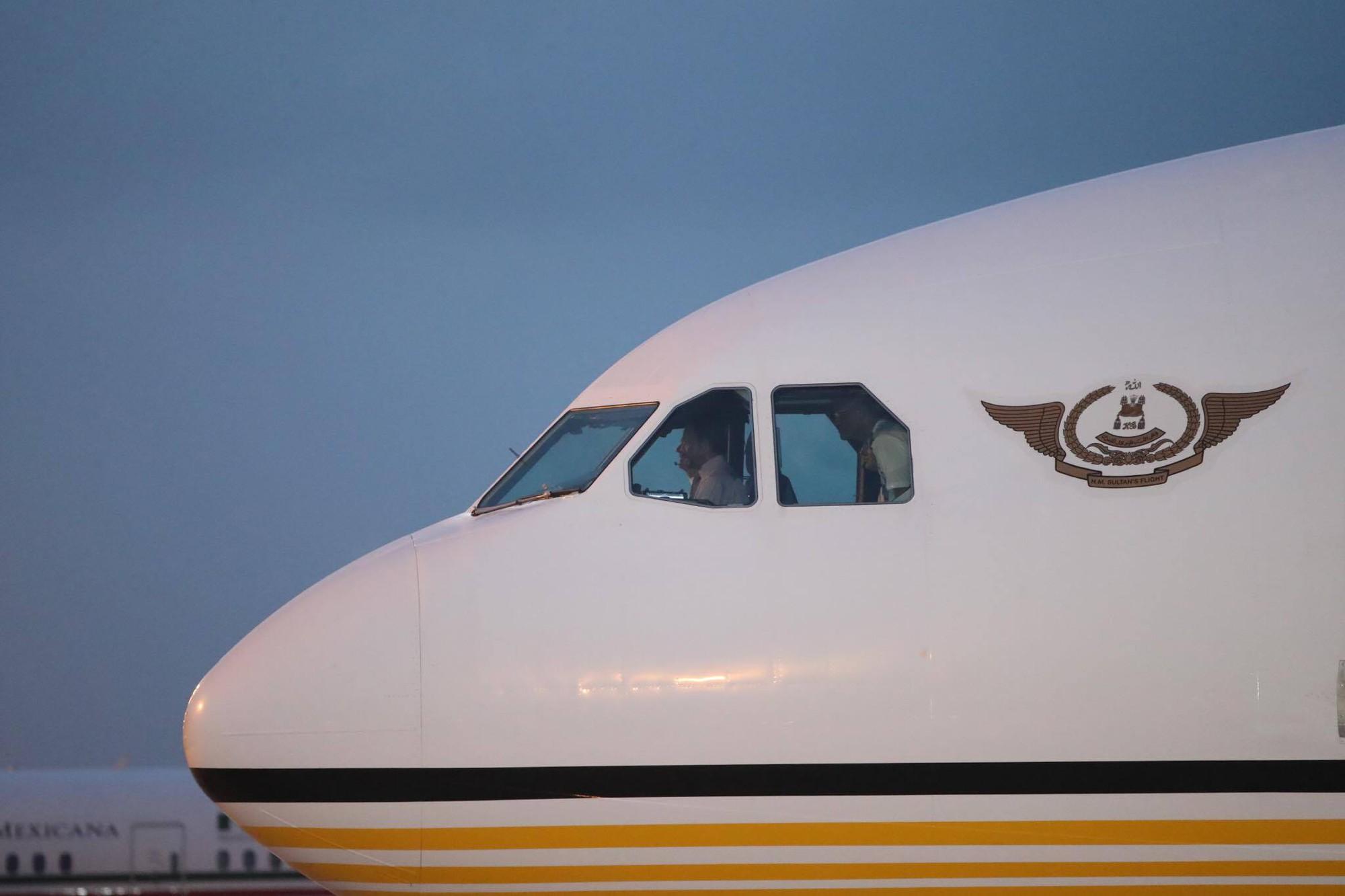 Sultan of Brunei captains private jet to APEC summit in Vietnam