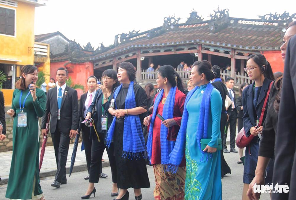 Spouses of APEC leaders tour Hoi An Ancient Town in Vietnam