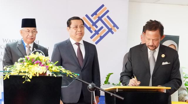 Sultan of Brunei ceremonially opens English center in Da Nang