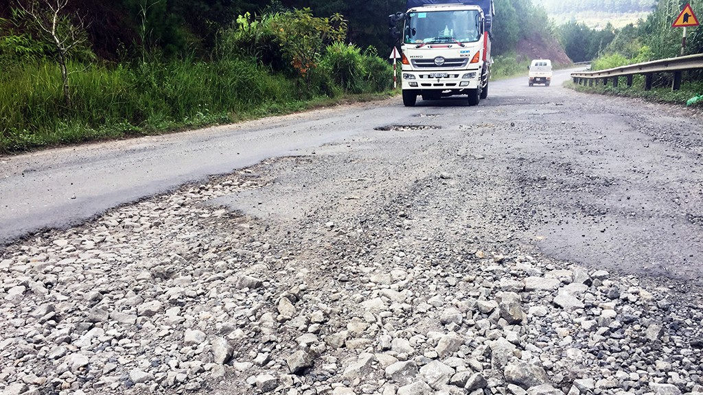 Deteriorating mountain pass in central Vietnam alarms drivers