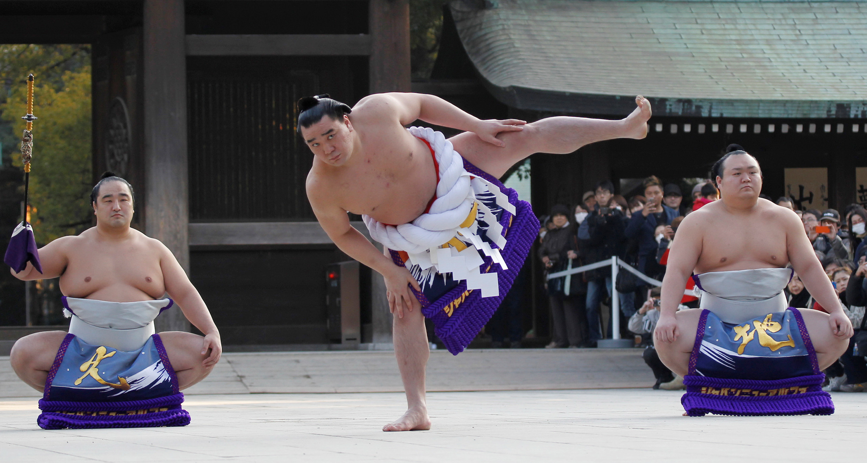 Mongolian sumo champ apologises after media reports beer bottle assault on fellow wrestler