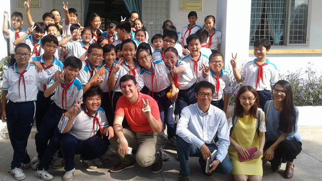 "Vietnamese Harvard graduate quits million-dollar job to ""Teach for Vietnam"""