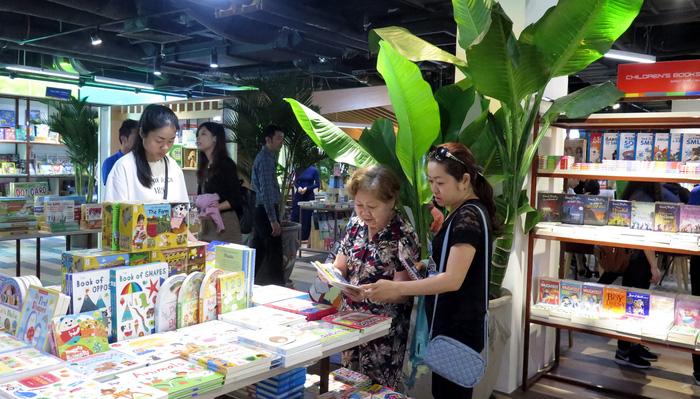 Plants are grown around every corner of the bookstore. Photo: Tuoi Tre