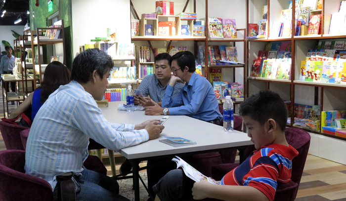 Visitors read books at a reading table at the Phuong Nam Book City in District 5, Ho Chi Minh City. Photo: Tuoi Tre