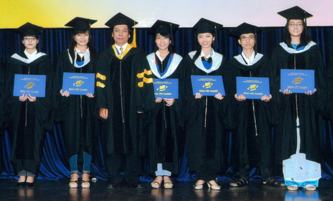 68-year-old Vietnamese earns 8th college degree