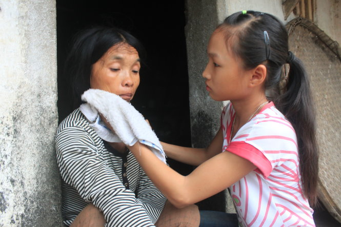 Trinh Thi Lan (R), 13, cares for her mentally ill mother in Thanh Hoa Province, Vietnam. Photo: Tuoi Tre