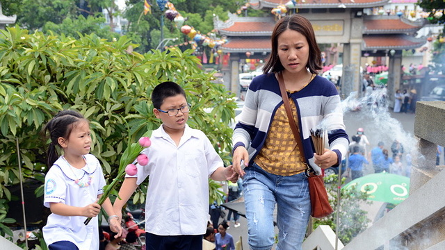 Children accompany parents at a pagoda during the Vu Lan Festival in Vietnam. Photo: Tuoi Tre