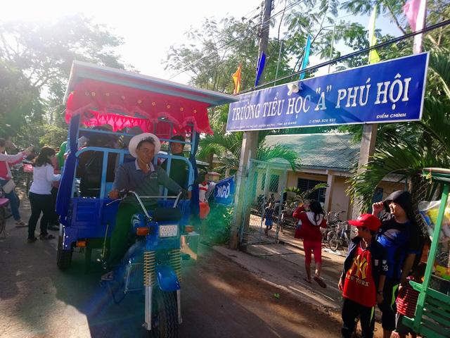 Vietnamese man brings poor children to school on bike for past eight years