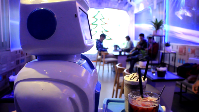"""After reaching the customer's table, the robot will say: """"Please take you drinks."""" Photo: Tuoi Tre"""