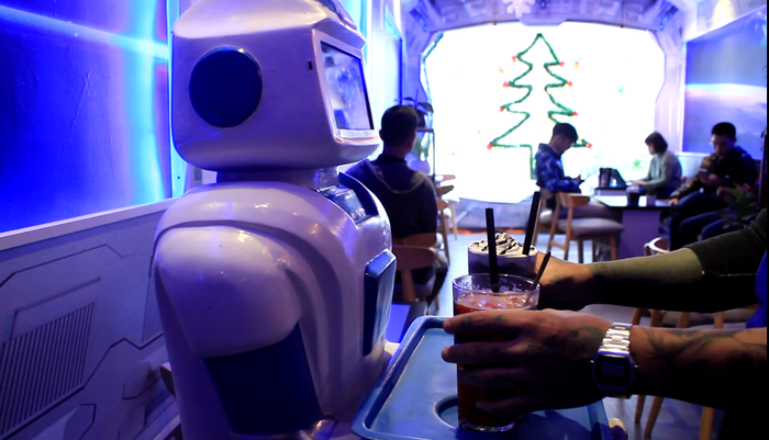 The robot has become the main attraction of the coffee shop. Photo: Tuoi Tre