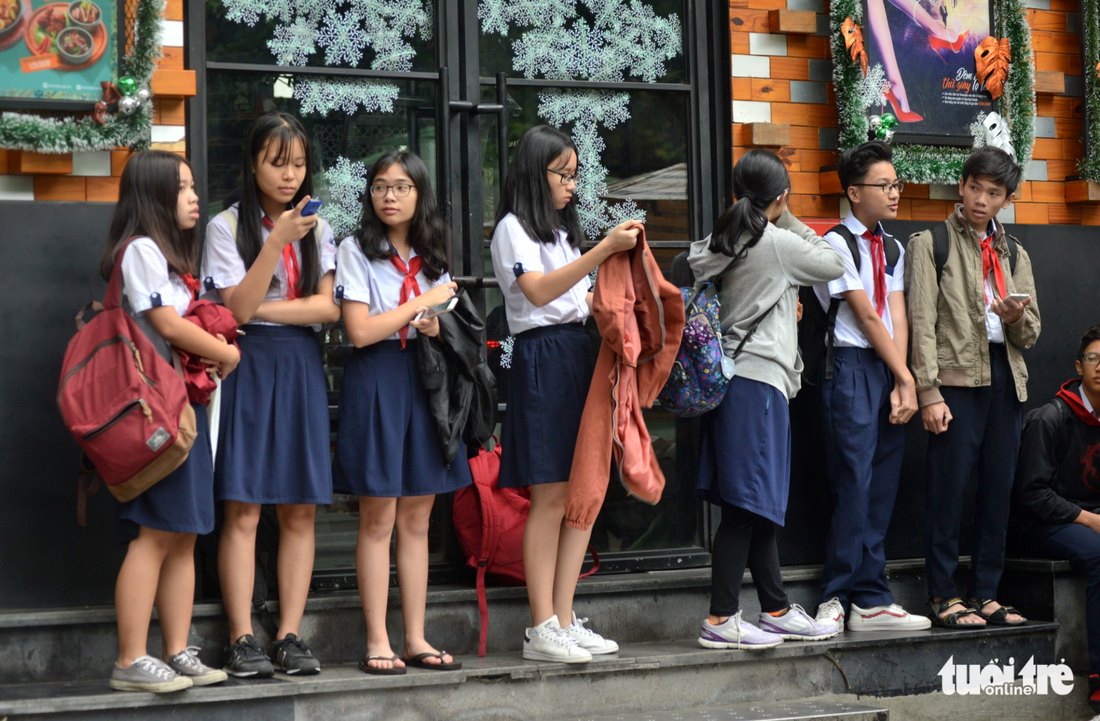 Students wait for their parents in front of a school in Ho Chi Minh City on December 25, 2017. Photo: Tuoi Tre