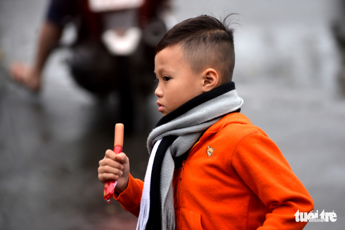A student dressed in warm clothes is seen in Ho Chi Minh City on December 25, 2017. Photo: Tuoi Tre