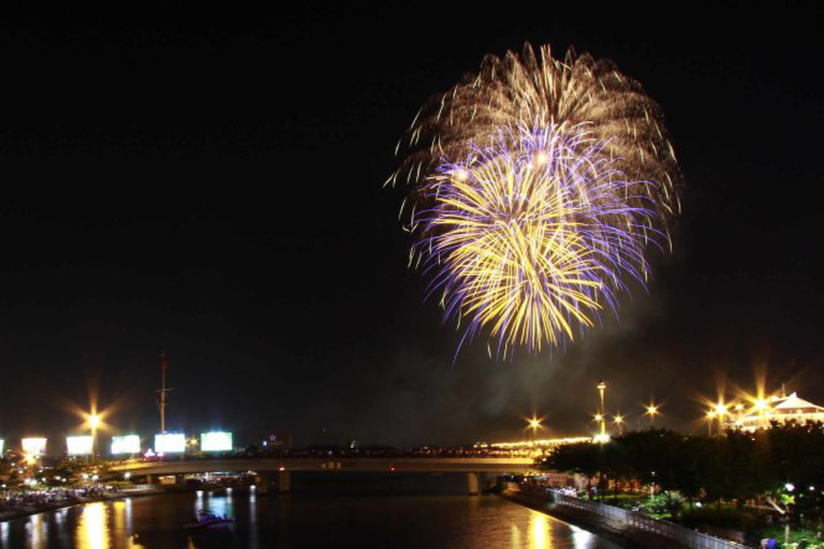 Ho Chi Minh City to hold fireworks shows to mark New Year, Tet