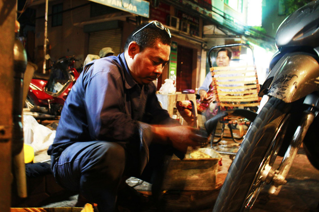In Ho Chi Minh City, New Year's Eve means extra business to laborers