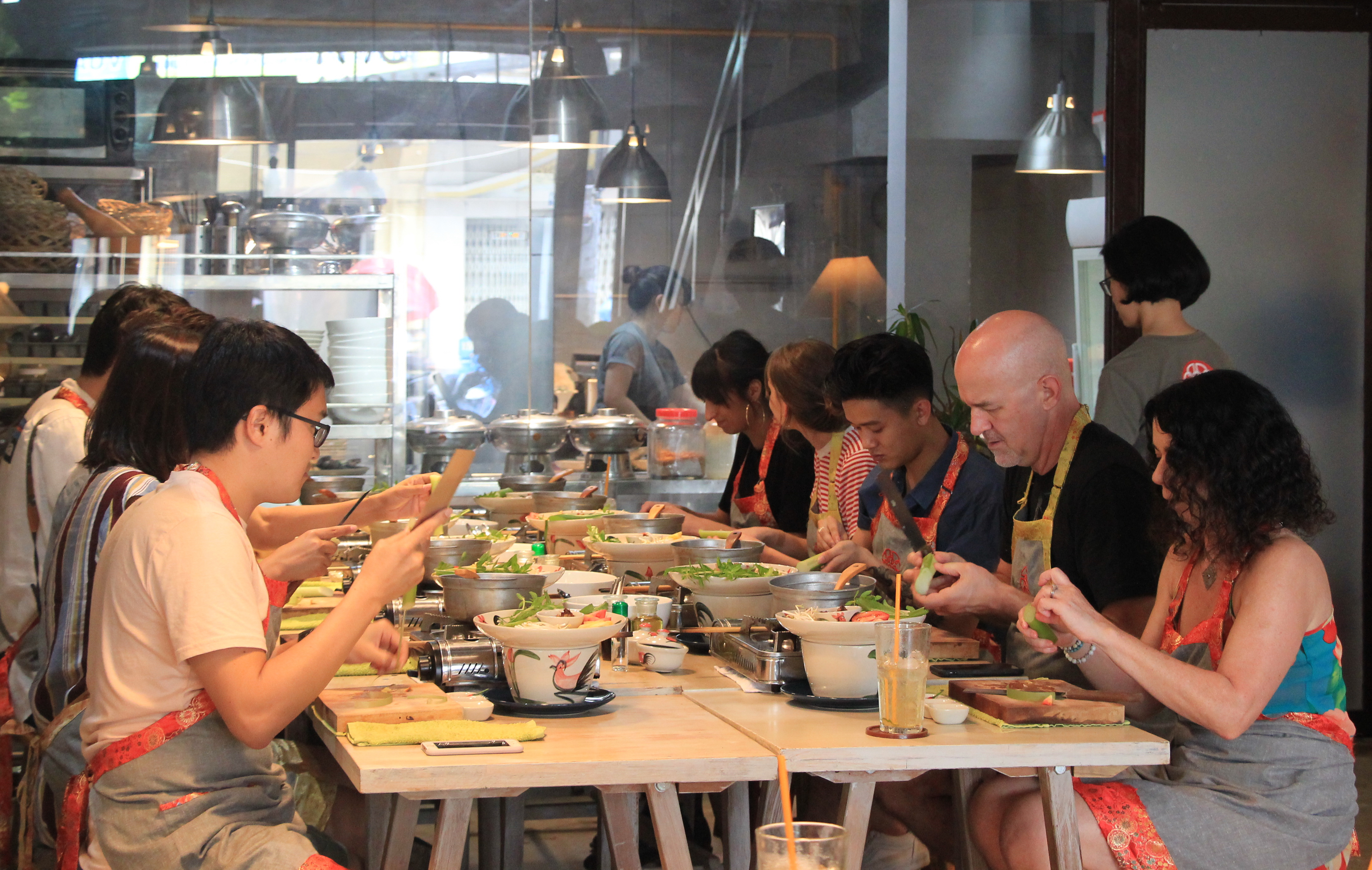 Foreigners learn to cook canh chua at M.O.M. Cooking Class in District 1, Ho Chi Minh City on December 28, 2017. Photo: Dong Nguyen/Tuoi Tre News