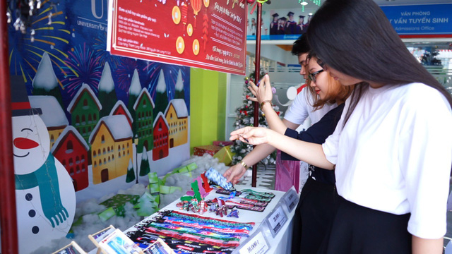 Ho Chi Minh City students establish unattended handicraft stand to raise charity funds