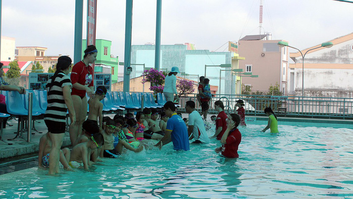Australian coaches offer free swimming lessons for children in Vietnam's Mekong Delta