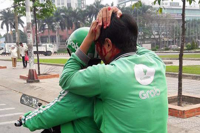 GrabBike drivers attacked by 'xe om' in southern Vietnam