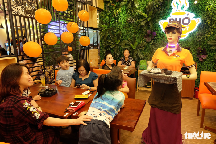 Robot waitress enthralls diners in Ho Chi Minh City
