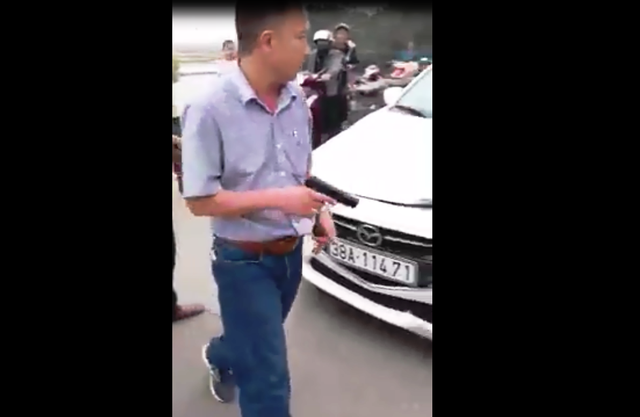 Driver threatens bystanders with gun after crash in central Vietnam
