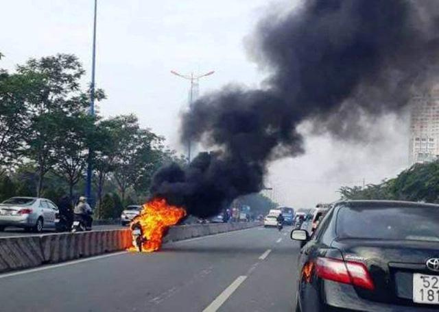 Motorbike catches fire amidst Vietnamese highway
