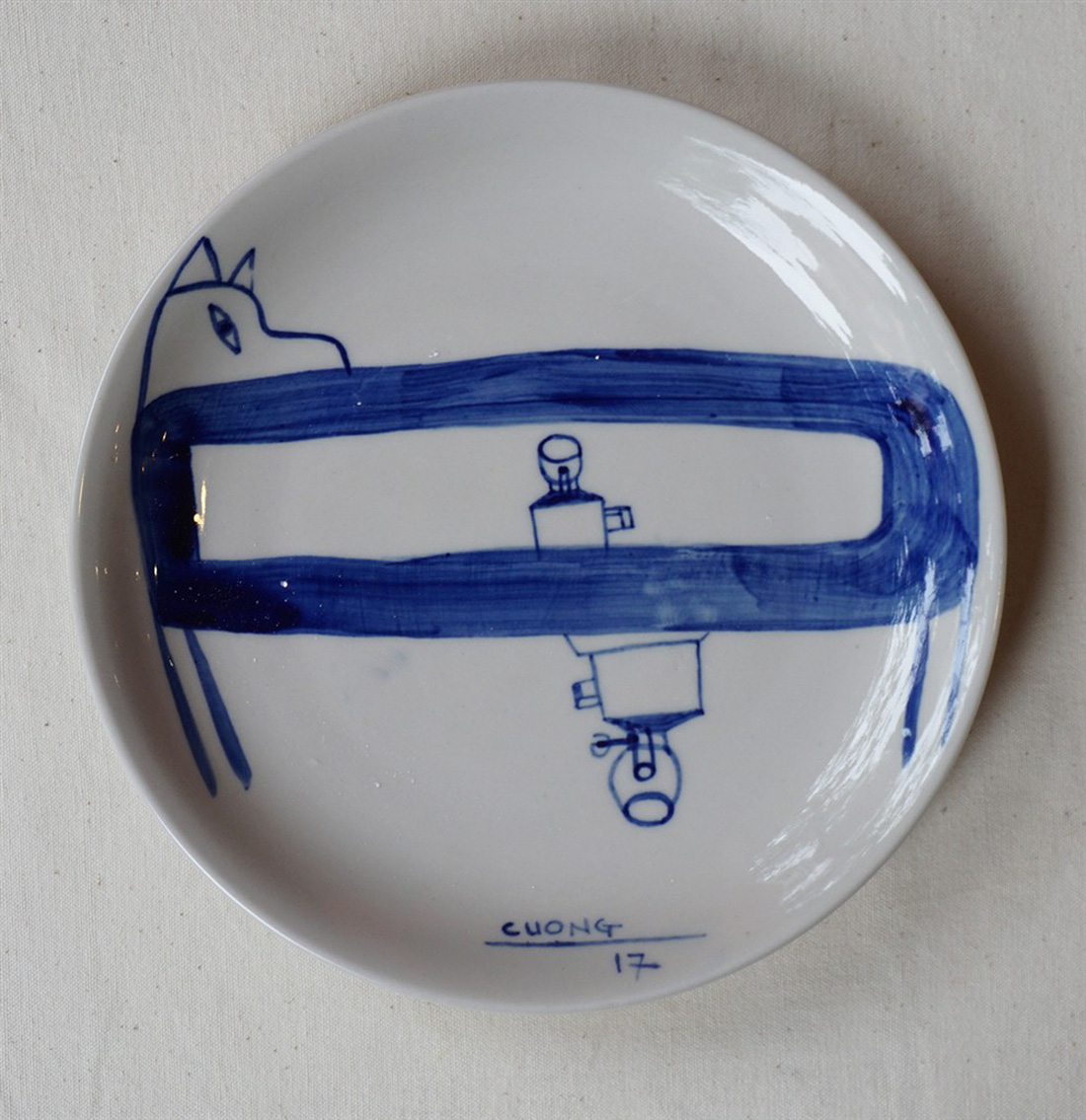 A porcelain dish by Le Thiet Cuong, G39. Photo: Tuoi Tre