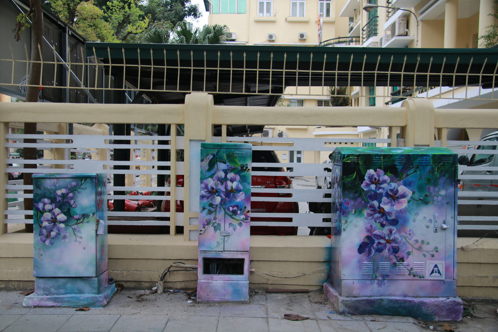 Electrical cubicles in new painting clothes at the crossroad between Phan Chu Trinh and Ly Thuong Kiet, in Hoan Kiem District, Hanoi. Photo: Tuoi Tre