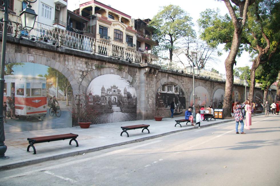 Frescos reminiscent of a quaint version Hanoi. Photo: Tuoi Tre