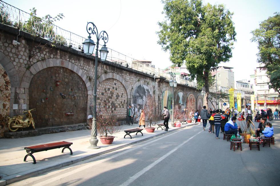 Visitors stroll along Phung Hung Street to enjoy its frescos. Photo: Tuoi Tre