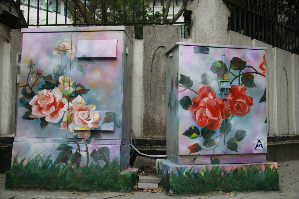 Roses brighten up electrical cubicles. Photo: Tuoi Tre