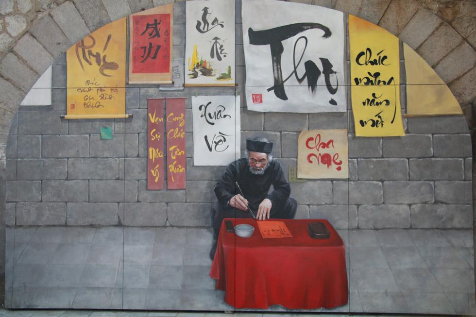 A fresco of ong do giving calligraphy, a scholar in Vietnamese feudalism. Photo: Tuoi Tre