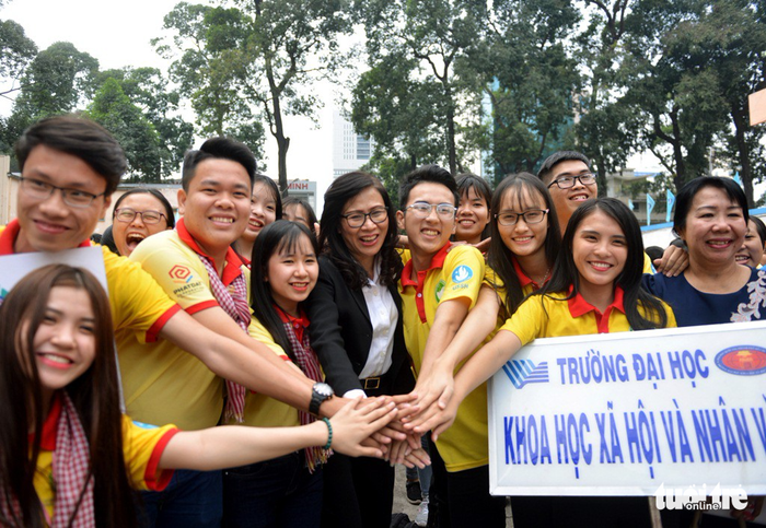 Nguyen Thi Thu (middle, black cardigan) poses for a picture with the volunteers before the campaign begins. Photo: Tuoi Tre