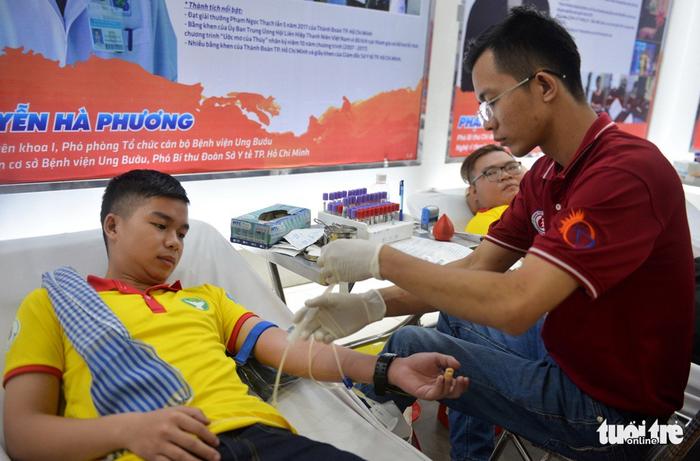 A volunteer donates his blood. Photo: Tuoi Tre