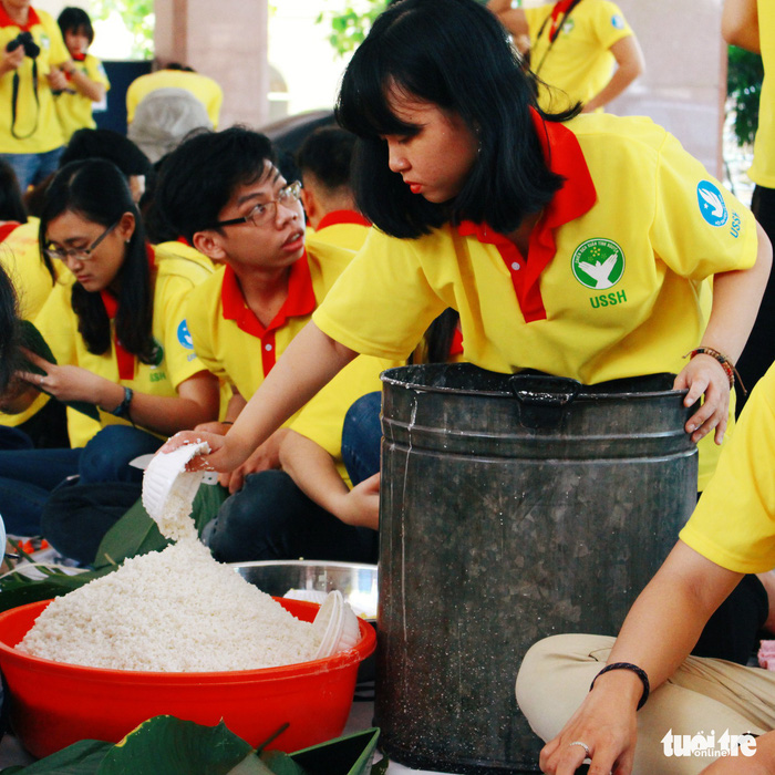 A volunteer prepares the glutinous rice for banh chung. Photo: Tuoi Tre