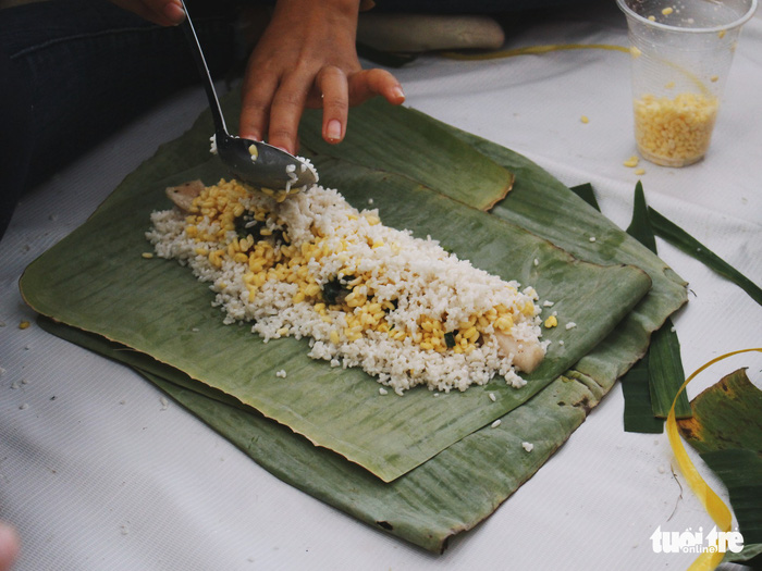 As well as banh chung, volunteers also made banh tet, a cylindrical glutinous rice cake and a southern counterpart to the northern banh chung. Photo: Tuoi Tre