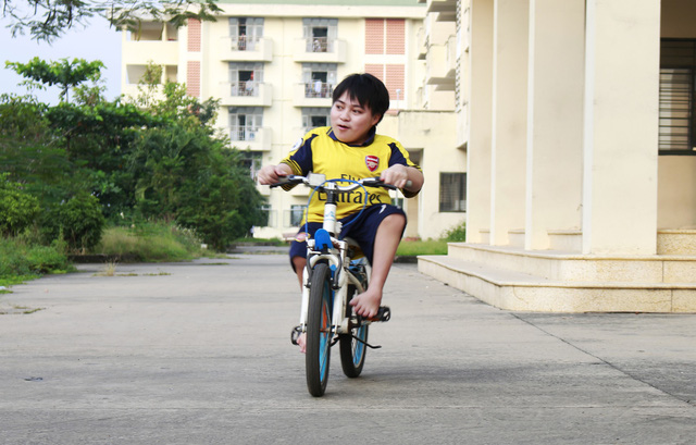 Vietnamese student pedals children's bike to university