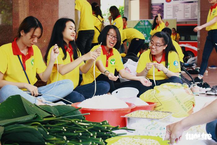 Ho Chi Minh City students make 'banh chung' for the disadvantaged