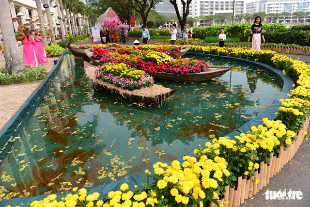 Models of boats carrying flowers are seen at Phu My Hung. Photo: Tuoi Tre